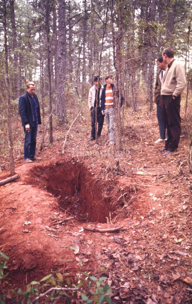 Kỳ án thế kỷ: Vụ án chiếc quan tài giữa rừng hoang và cô gái sống sót kỳ diệu sau 3 ngày bị chôn sống - Ảnh 6.