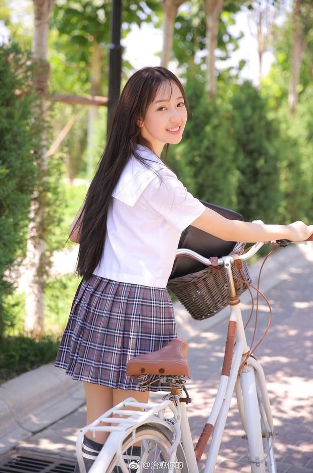 Nhan sắc của cô bạn tân sinh viên Học viện Điện ảnh Bắc Kinh: Chỉ cần mặc đồng phục thôi là đủ làm say đắm lòng người rồi - Ảnh 1.