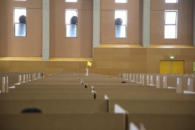 Đột nhập phòng thi Olympic Vật lý Quốc tế: Mỗi người 1 ô vuông riêng biệt, muốn đi toilet phải giơ lá cờ có chữ WC - Ảnh 9.