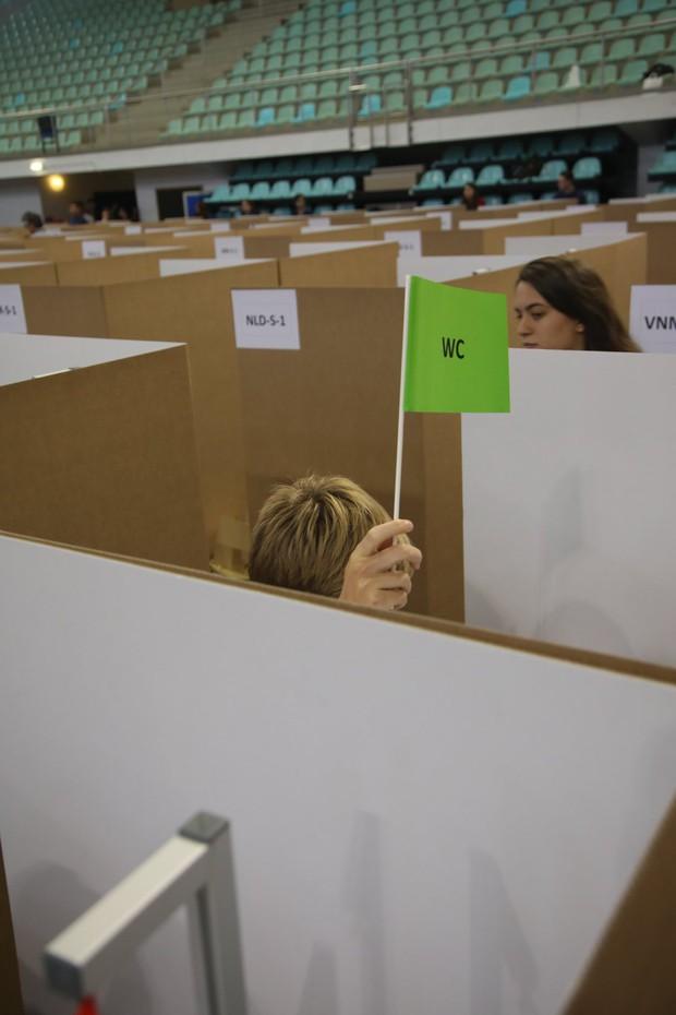 Đột nhập phòng thi Olympic Vật lý Quốc tế: Mỗi người 1 ô vuông riêng biệt, muốn đi toilet phải giơ lá cờ có chữ WC - Ảnh 3.