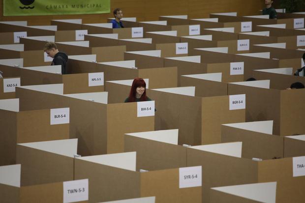 Đột nhập phòng thi Olympic Vật lý Quốc tế: Mỗi người 1 ô vuông riêng biệt, muốn đi toilet phải giơ lá cờ có chữ WC - Ảnh 11.