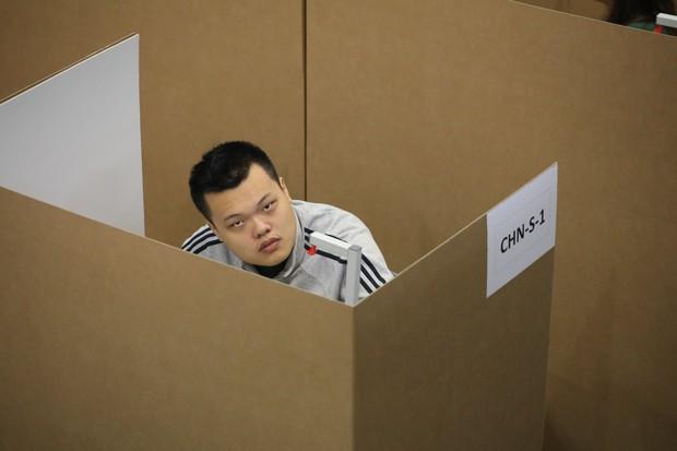Đột nhập phòng thi Olympic Vật lý Quốc tế: Mỗi người 1 ô vuông riêng biệt, muốn đi toilet phải giơ lá cờ có chữ WC - Ảnh 6.