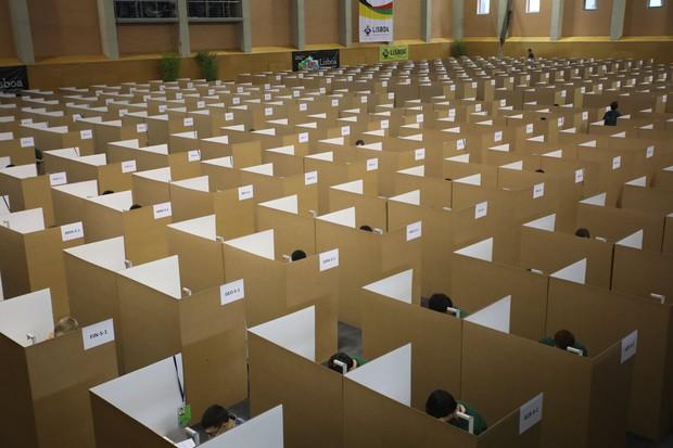 Đột nhập phòng thi Olympic Vật lý Quốc tế: Mỗi người 1 ô vuông riêng biệt, muốn đi toilet phải giơ lá cờ có chữ WC - Ảnh 8.