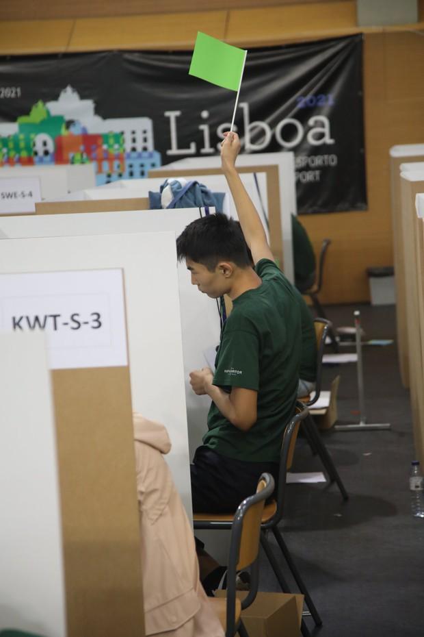 Đột nhập phòng thi Olympic Vật lý Quốc tế: Mỗi người 1 ô vuông riêng biệt, muốn đi toilet phải giơ lá cờ có chữ WC - Ảnh 5.