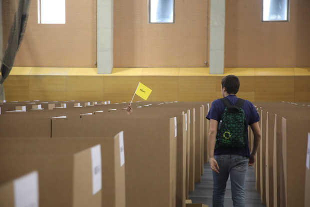 Đột nhập phòng thi Olympic Vật lý Quốc tế: Mỗi người 1 ô vuông riêng biệt, muốn đi toilet phải giơ lá cờ có chữ WC - Ảnh 15.