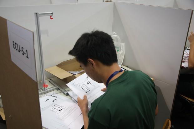 Đột nhập phòng thi Olympic Vật lý Quốc tế: Mỗi người 1 ô vuông riêng biệt, muốn đi toilet phải giơ lá cờ có chữ WC - Ảnh 12.