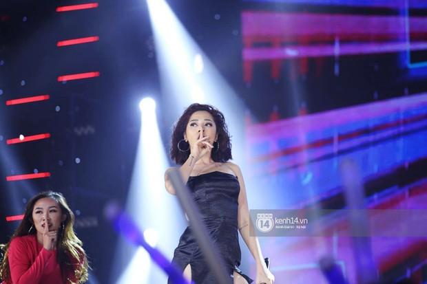 Toàn cảnh show diễn Hàn - Việt: Hani và Bích Phương đẹp xuất sắc, Soobin tiết lộ câu chuyện kết hợp với Jiyeon - Ảnh 14.