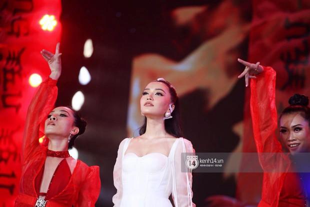 Toàn cảnh show diễn Hàn - Việt: Hani và Bích Phương đẹp xuất sắc, Soobin tiết lộ câu chuyện kết hợp với Jiyeon - Ảnh 18.