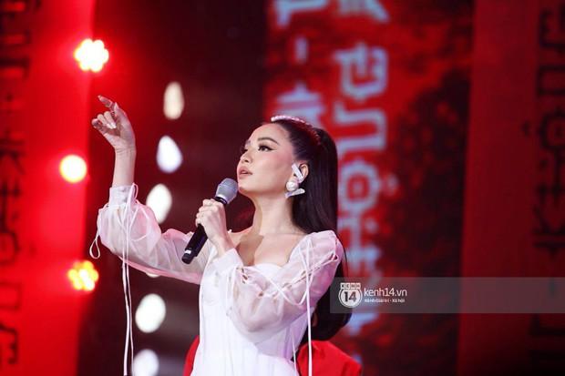 Toàn cảnh show diễn Hàn - Việt: Hani và Bích Phương đẹp xuất sắc, Soobin tiết lộ câu chuyện kết hợp với Jiyeon - Ảnh 19.