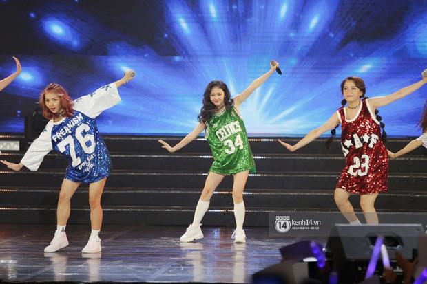 Toàn cảnh show diễn Hàn - Việt: Hani và Bích Phương đẹp xuất sắc, Soobin tiết lộ câu chuyện kết hợp với Jiyeon - Ảnh 2.