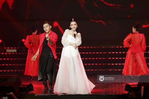 Toàn cảnh show diễn Hàn - Việt: Hani và Bích Phương đẹp xuất sắc, Soobin tiết lộ câu chuyện kết hợp với Jiyeon - Ảnh 16.