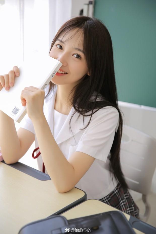 Nhan sắc của cô bạn tân sinh viên Học viện Điện ảnh Bắc Kinh: Chỉ cần mặc đồng phục thôi là đủ làm say đắm lòng người rồi - Ảnh 5.