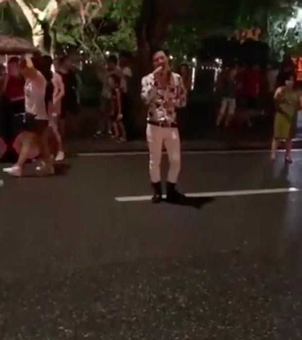 Cover lại hit của Hoa Vinh trên phố đi bộ, chàng hát rong khiến nhiều người mê mẩn với giọng như Ưng Hoàng Phúc - Ảnh 2.