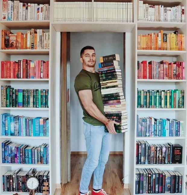 Chàng trai Mỹ biến cả tủ sách thành những khung cảnh giả tưởng trong phim khiến cả thế giới kinh ngạc - Ảnh 2. Chàng trai Mỹ biến cả tủ sách thành những khung cảnh giả tưởng trong phim