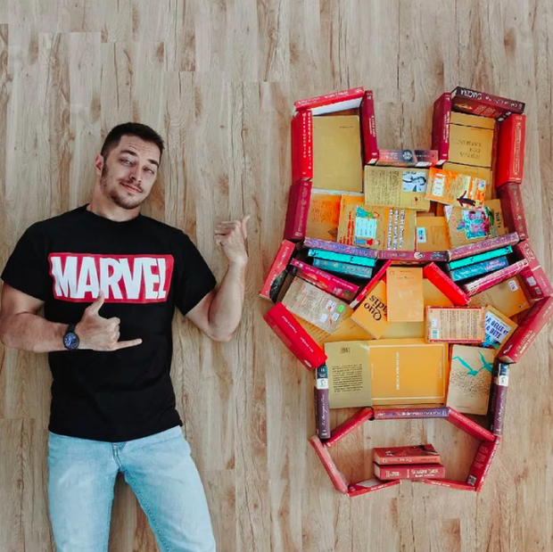 Chàng trai Mỹ biến cả tủ sách thành những khung cảnh giả tưởng trong phim khiến cả thế giới kinh ngạc - Ảnh 3. Chàng trai Mỹ biến cả tủ sách thành những khung cảnh giả tưởng trong phim