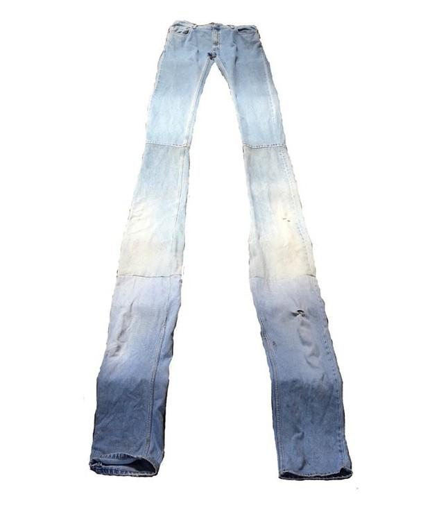 Quần jeans dài hơn thuổng đến dân bóng rổ cũng phải khóc thét, giá 11,5 triệu VNĐ tưởng không ai mua mà đã sold out - Ảnh 1.