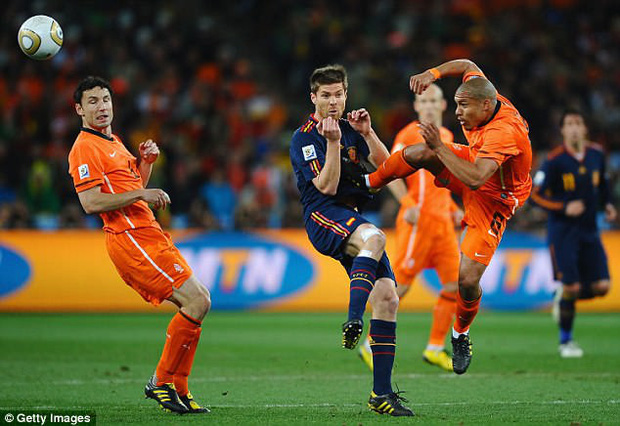 """World Cup ghi lại 10 trận đấu """"bẩn"""" nhất lịch sử - Ảnh 9."""