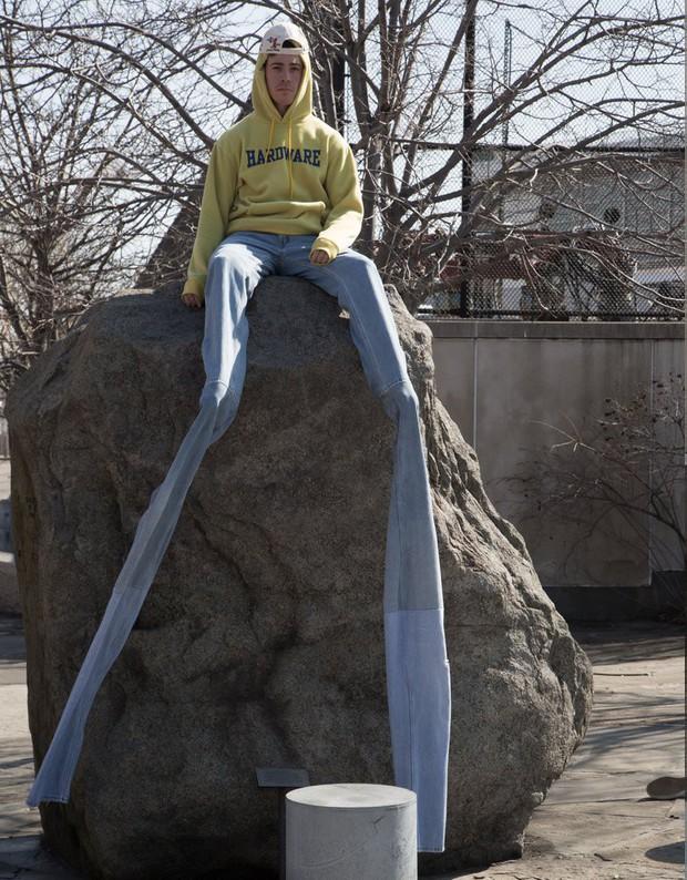 Quần jeans dài hơn thuổng đến dân bóng rổ cũng phải khóc thét, giá 11,5 triệu VNĐ tưởng không ai mua mà đã sold out - Ảnh 2.