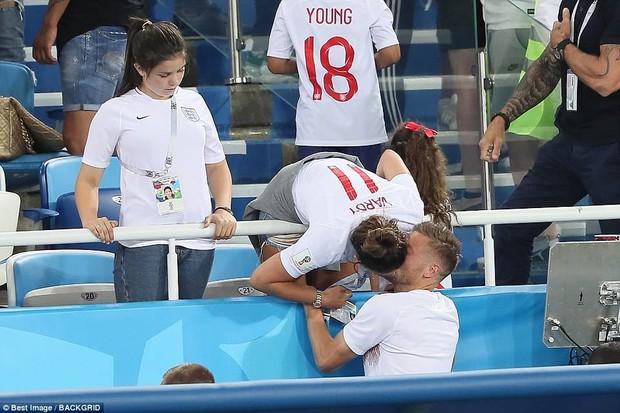 Nụ hôn World Cup: Sao tuyển Anh ôm hôn bạn gái siêu mẫu sau chiến thắng kịch tính - Ảnh 7.