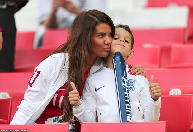 Nụ hôn World Cup: Sao tuyển Anh ôm hôn bạn gái siêu mẫu sau chiến thắng kịch tính - Ảnh 6.