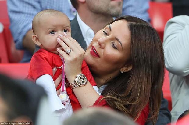 Nụ hôn World Cup: Sao tuyển Anh ôm hôn bạn gái siêu mẫu sau chiến thắng kịch tính - Ảnh 10.