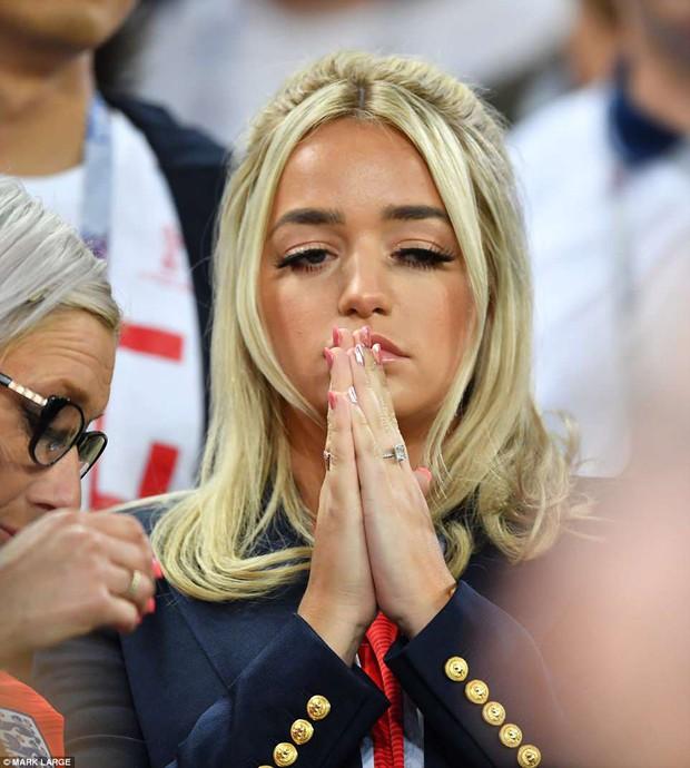Nụ hôn World Cup: Sao tuyển Anh ôm hôn bạn gái siêu mẫu sau chiến thắng kịch tính - Ảnh 8.