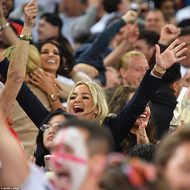 Nụ hôn World Cup: Sao tuyển Anh ôm hôn bạn gái siêu mẫu sau chiến thắng kịch tính - Ảnh 9.