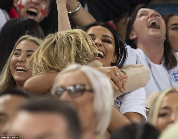 Nụ hôn World Cup: Sao tuyển Anh ôm hôn bạn gái siêu mẫu sau chiến thắng kịch tính - Ảnh 3.