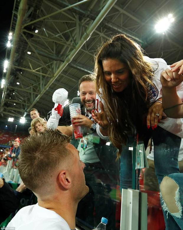 Nụ hôn World Cup: Sao tuyển Anh ôm hôn bạn gái siêu mẫu sau chiến thắng kịch tính - Ảnh 5.