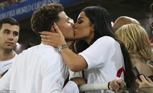 Nụ hôn World Cup: Sao tuyển Anh ôm hôn bạn gái siêu mẫu sau chiến thắng kịch tính - Ảnh 1.