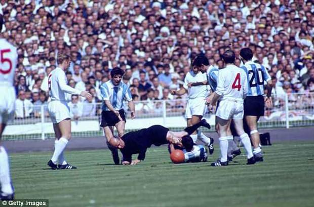 """World Cup ghi lại 10 trận đấu """"bẩn"""" nhất lịch sử - Ảnh 8."""