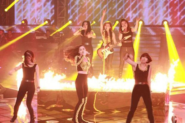 Những sự cố sân khấu khiến ca sĩ Vpop thót tim khi đang biểu diễn - Ảnh 5.