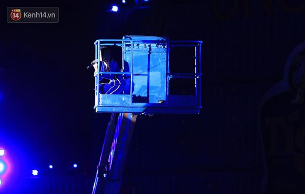Những sự cố sân khấu khiến ca sĩ Vpop thót tim khi đang biểu diễn - Ảnh 3.