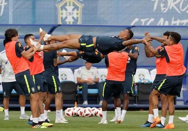 Dàn sao Brazil vui đùa trên sân tập trước trận đại chiến với Bỉ - Ảnh 1.