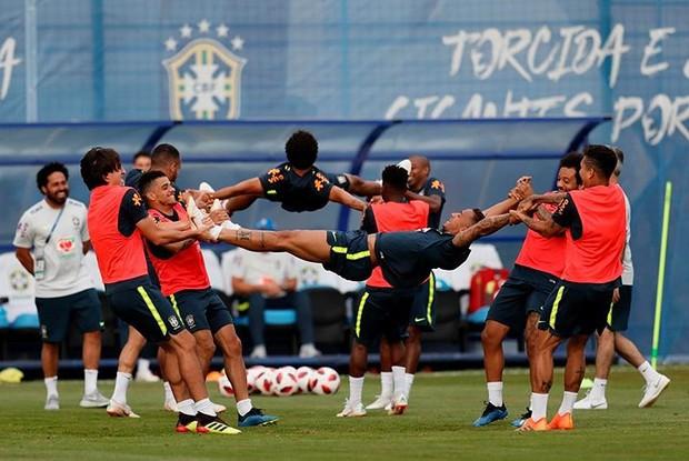 Dàn sao Brazil vui đùa trên sân tập trước trận đại chiến với Bỉ - Ảnh 2.