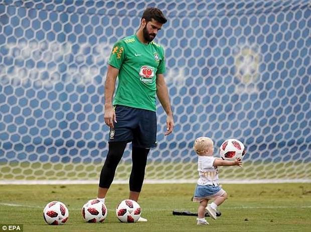 Dàn sao Brazil vui đùa trên sân tập trước trận đại chiến với Bỉ - Ảnh 9.