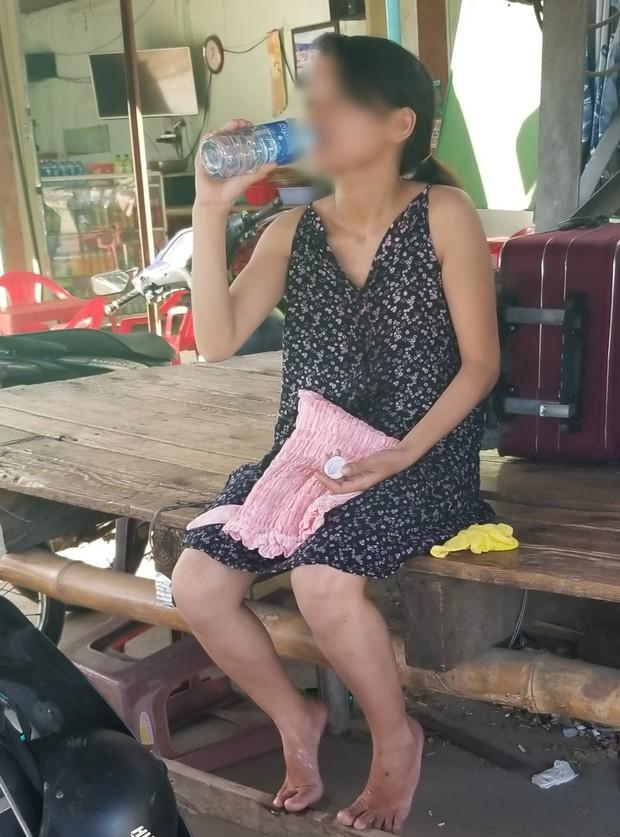 Phát hiện người phụ nữ không mặc quần áo, kéo theo vali có ghi số điện thoại ở Quảng Nam - Ảnh 1.