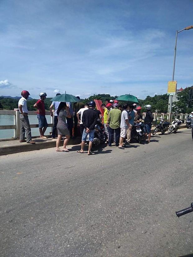 Tuyên Quang: Một thanh niên bất ngờ mang quan tài lên giữa cầu nằm phơi nắng - Ảnh 2.