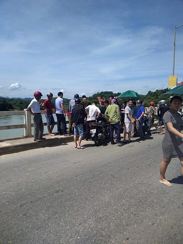 Tuyên Quang: Một thanh niên bất ngờ mang quan tài lên giữa cầu nằm phơi nắng - Ảnh 3.