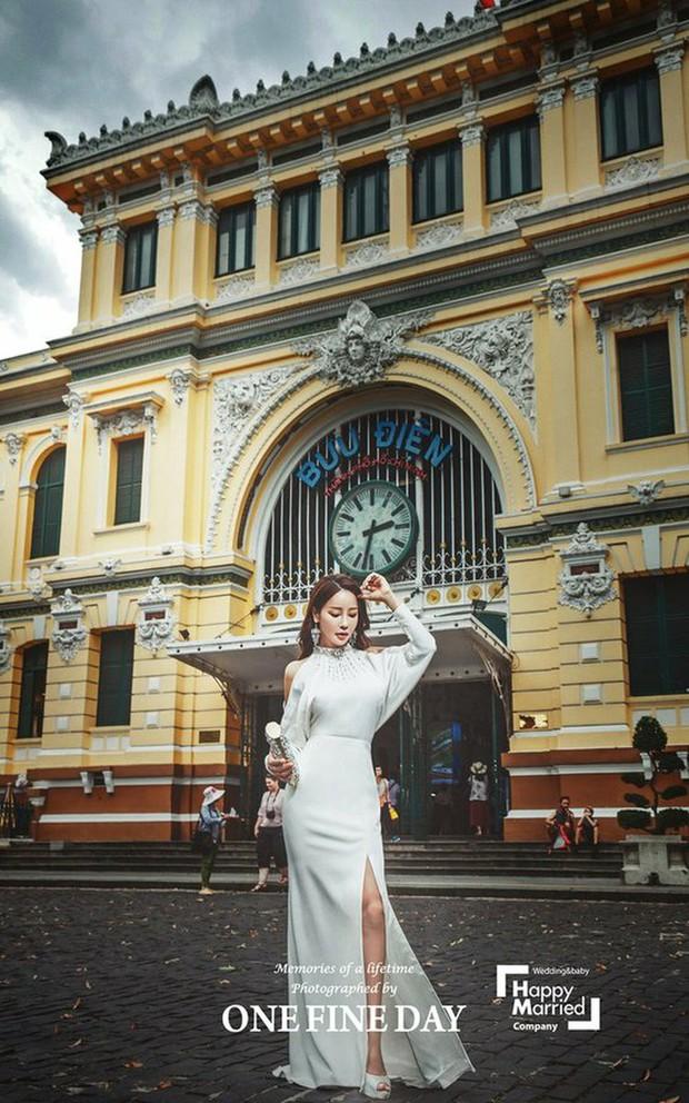 Cặp đôi nàng 46 chàng 29 ồn ào nhất showbiz Hàn khoe bộ ảnh cưới độc và lung linh như phim tại Hội An, Sài Gòn - Ảnh 10.