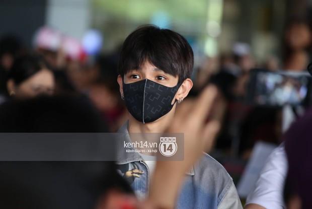 Vừa đổ bộ sân bay Tân Sơn Nhất, Hoàng tử lai Samuel đã được hàng loạt ống kính săn đón - Ảnh 2.