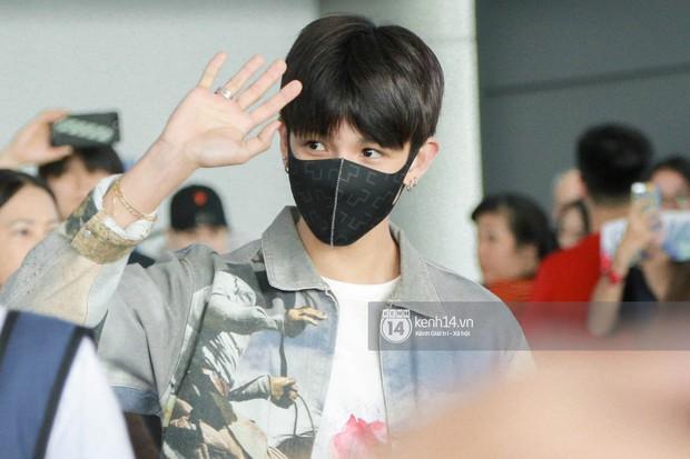 Vừa đổ bộ sân bay Tân Sơn Nhất, Hoàng tử lai Samuel đã được hàng loạt ống kính săn đón - Ảnh 1.