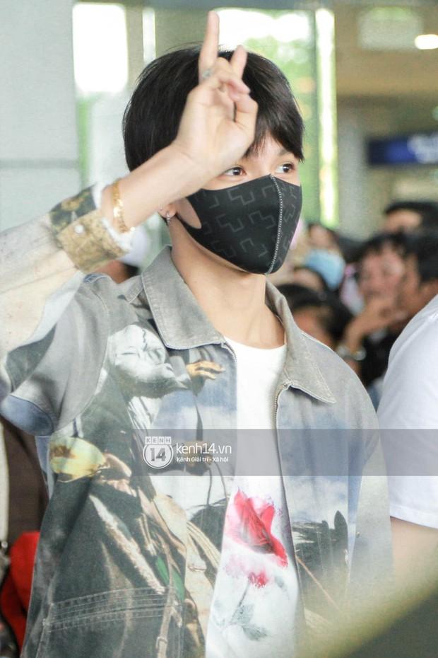 Vừa đổ bộ sân bay Tân Sơn Nhất, Hoàng tử lai Samuel đã được hàng loạt ống kính săn đón - Ảnh 5.