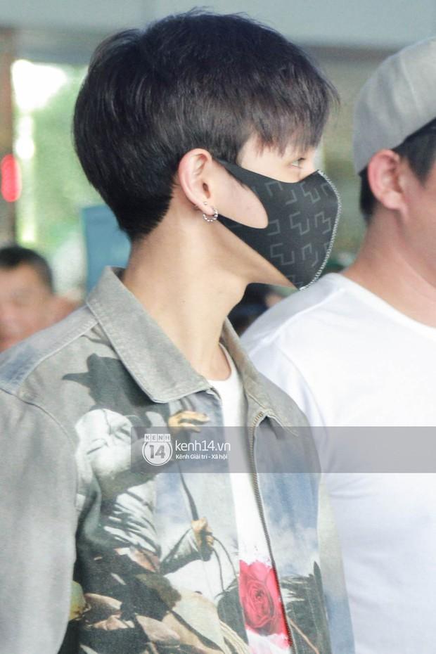 Vừa đổ bộ sân bay Tân Sơn Nhất, Hoàng tử lai Samuel đã được hàng loạt ống kính săn đón - Ảnh 4.