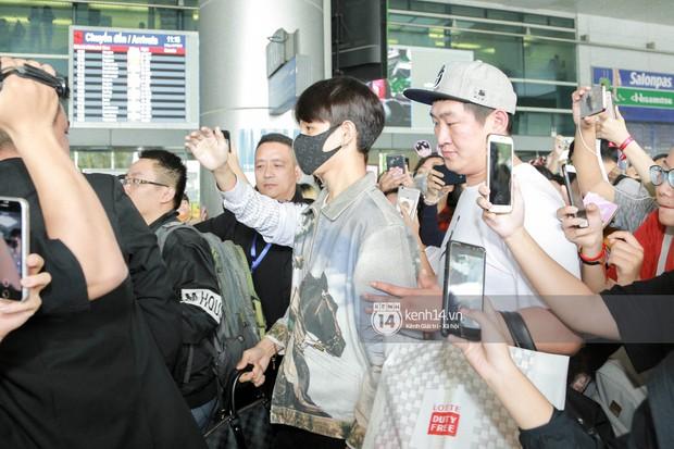 Vừa đổ bộ sân bay Tân Sơn Nhất, Hoàng tử lai Samuel đã được hàng loạt ống kính săn đón - Ảnh 9.