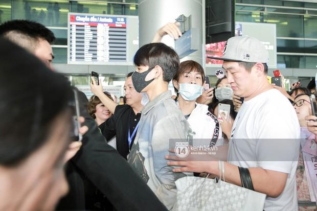 Vừa đổ bộ sân bay Tân Sơn Nhất, Hoàng tử lai Samuel đã được hàng loạt ống kính săn đón - Ảnh 10.