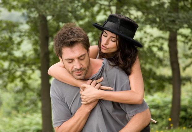 Chuyện tình của cặp vợ chồng quyền lực nhất Tây Ban Nha: Yêu thắm thiết từ phim ra đời thật - Ảnh 3.