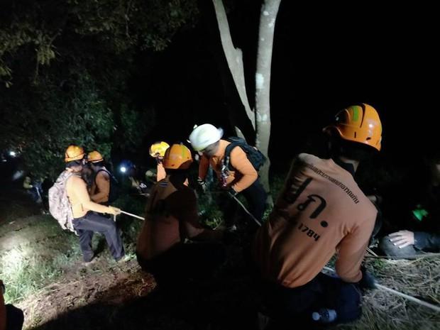 Xe chở tình nguyện viên tham gia giải cứu đội bóng Thái Lan lao xuống vực, có người bị thương rất nặng - Ảnh 3.