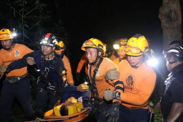 Xe chở tình nguyện viên tham gia giải cứu đội bóng Thái Lan lao xuống vực, có người bị thương rất nặng - Ảnh 2.