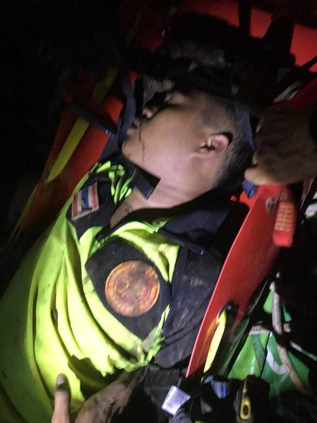 Xe chở tình nguyện viên tham gia giải cứu đội bóng Thái Lan lao xuống vực, có người bị thương rất nặng - Ảnh 4.